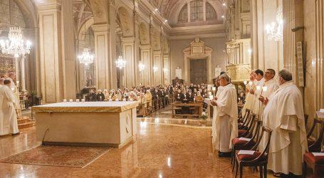 I religiosi in preghiera con il Vescovo