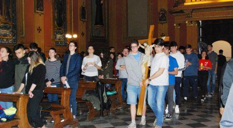 Giovani davanti al crocifisso