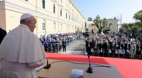 """Il Papa: """"Servono nuove narrazioni"""""""