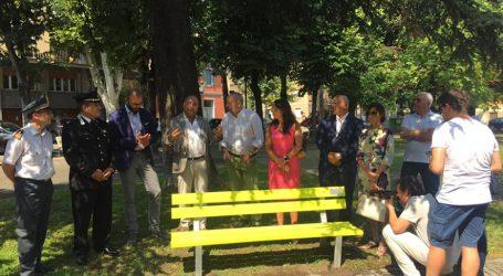Una panchina gialla contro il bullismo nei giardini di via Cavour