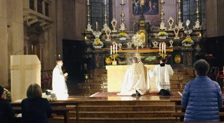 """""""Sulle orme dei santi"""" pregando davanti al tabernacolo"""