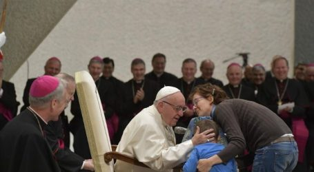 Papa Francesco: udienza, bambino corre sul palco per salutarlo