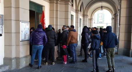Pignorato il palazzo, i residenti protestano