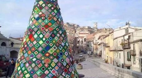 A Torre Garofoli le donne ricamano il grande albero della solidarietà